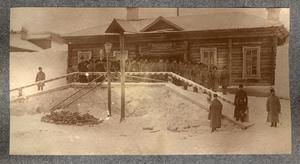Групповой снимок каторжан и охранников на фоне здания Акатуевской тюрьмы