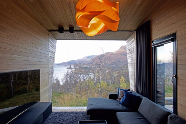 Malangen peninsula is an hour?s drive south of Tromso in Northern Norway. The site is positioned on