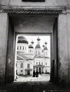 Саровская пустынь. Вид на Соборную площадь через ворота