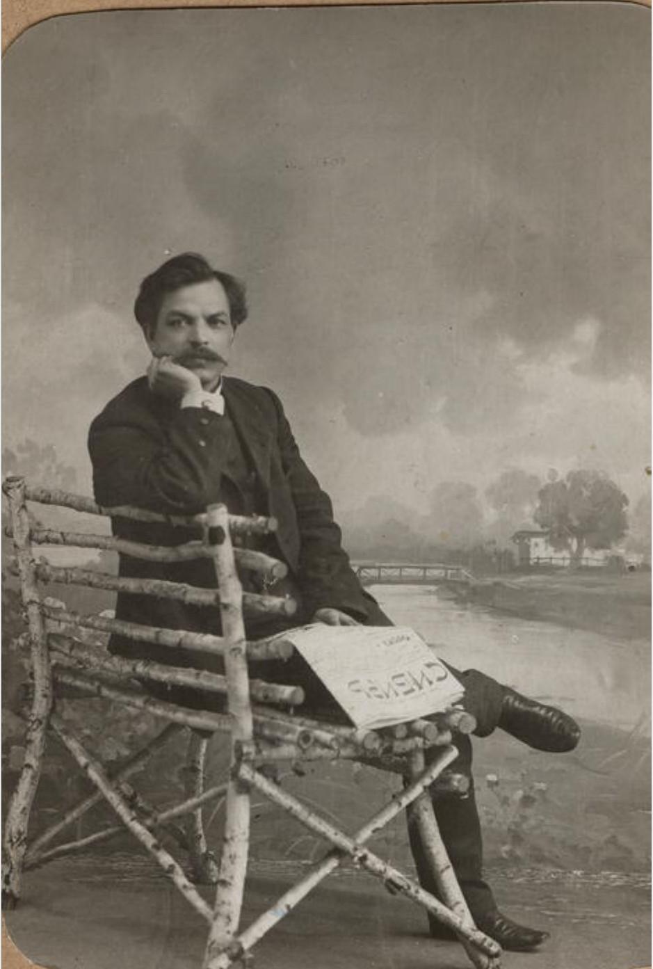 Портрет Ф.Ф.Максимова с газетой Сибирь в руках