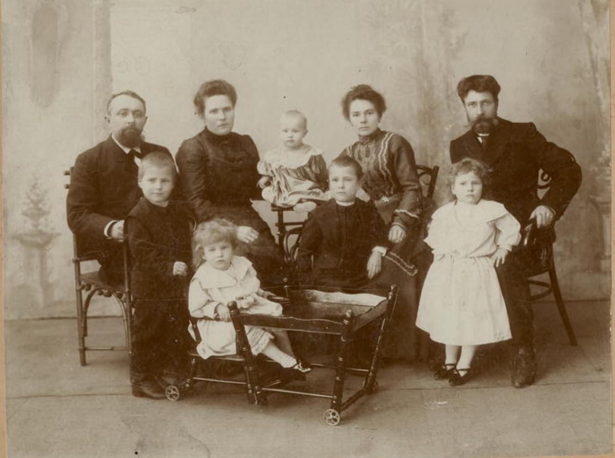 Семья строителя Транссибирской железной дороги Усевича с друзьями