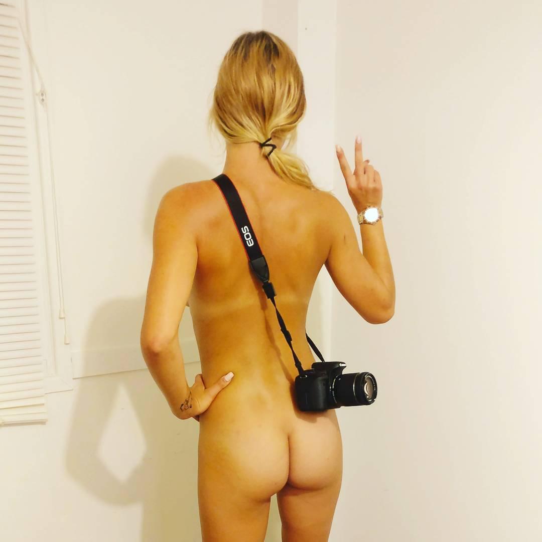 21-летняя девушка путешествует голышом по Австралии