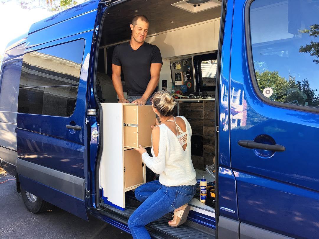 Молодожены купили фургон и отправились в путешествие по США