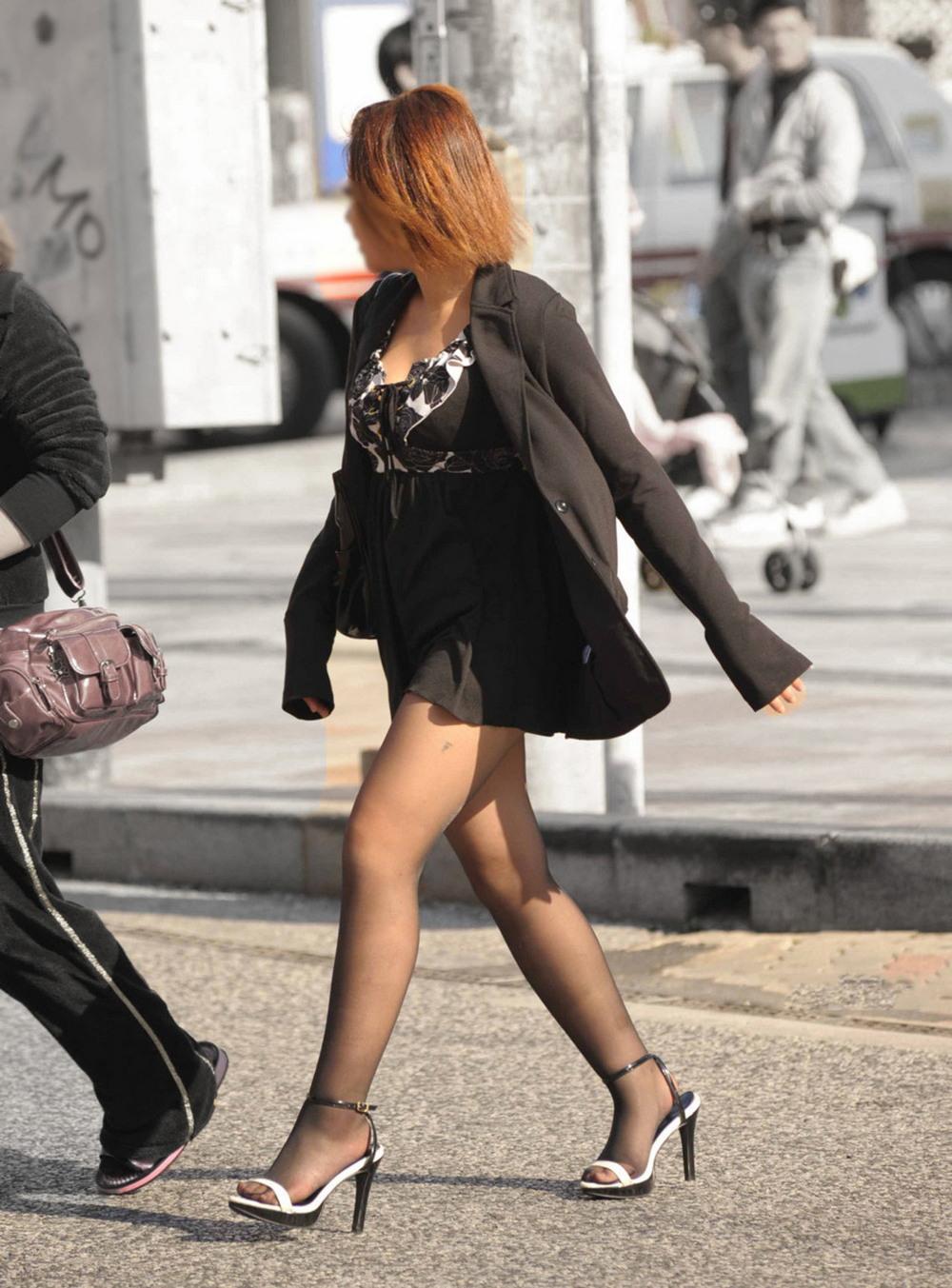 Азиатки в коротких юбках и шортах на городских улицах