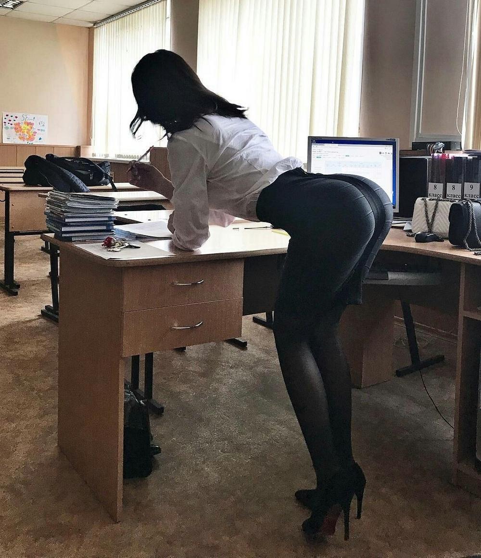 Девушки, которым скучно на работе