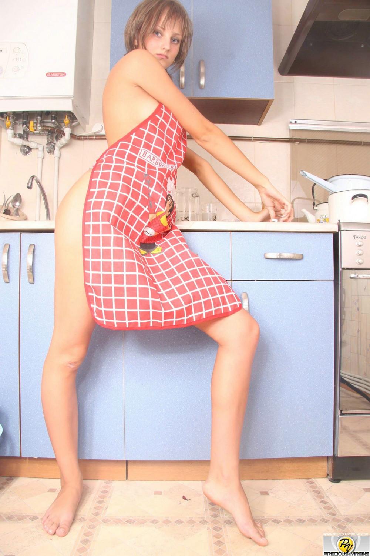 Стройная Dara разделась на кухне