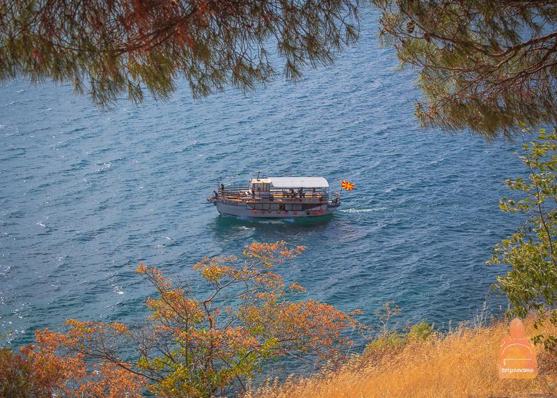Лодка с туристами на Охриде