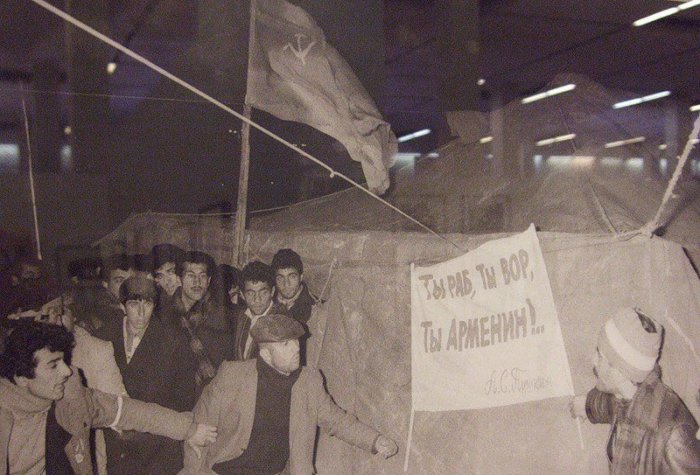 Армяне и русские покидали город, стараясь навести порядок в имущественных делах. 13-14 января 1990 п