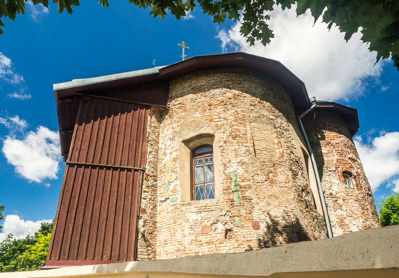 Вообще-то она сложена из камней и плинфы, но в 1853 г. некоторые стены обрушились и были заменены на деревянные.