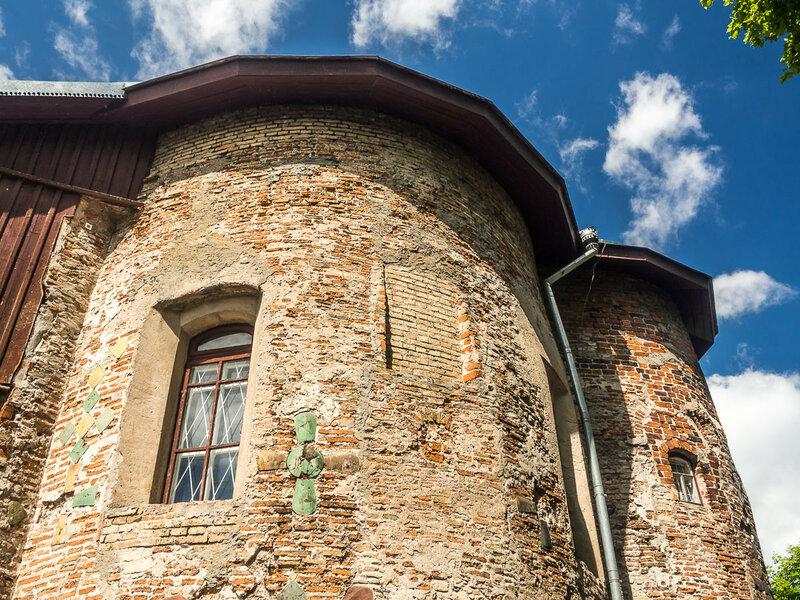 Церковь — уникальный памятник архитектуры XII века и не имеет аналогов в мире.