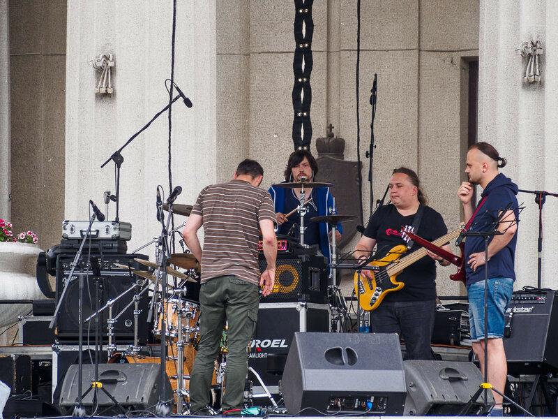 Во дворе Нового замка готовится какой-то концерт, ребята разогреваются-настраиваются на сцене.