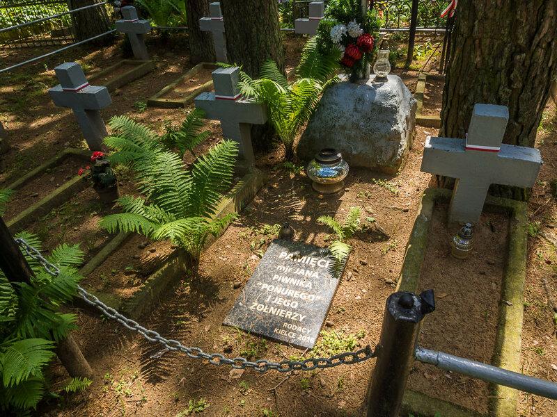 Затем Антон Гурский отвёл меня к братской могиле польских солдат.