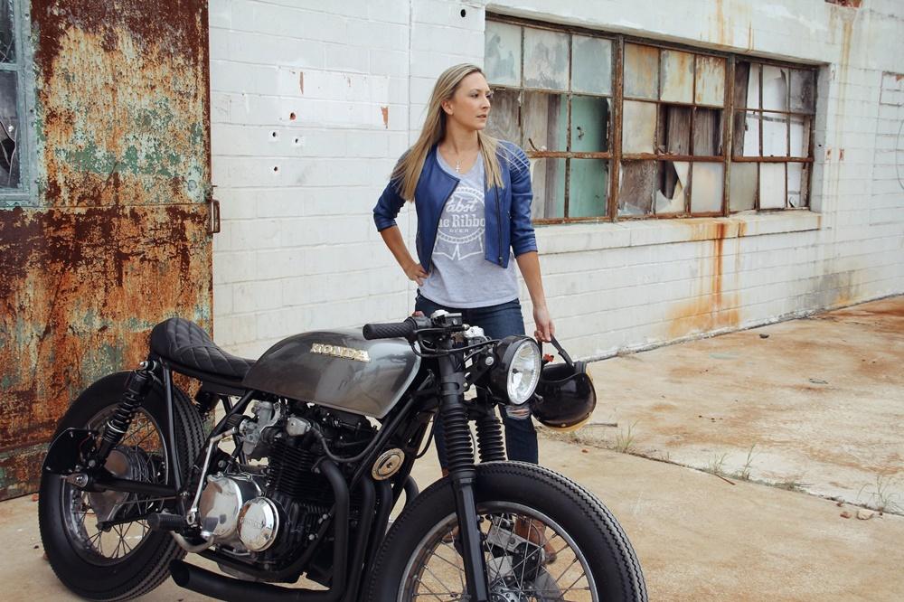 Кафе рейсер Honda CB550 - мотоцикл Дженнифер Бэйли