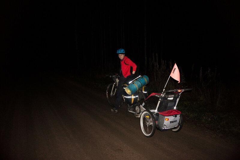 на велосипеде с велоприцепом Thule chariot cougar ночью в темноте