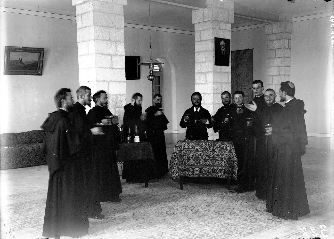 1920. Монахи ордена ассомпционистов пьют шампанское