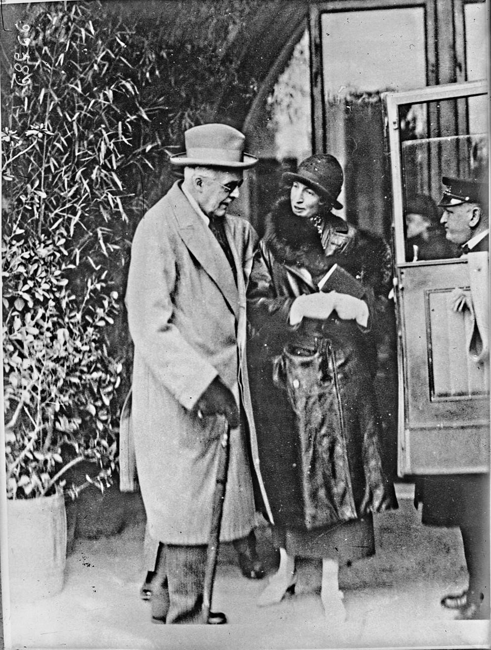 1924. Лорд Бальфур и его племянница миссис Ласкелл покидают отель Бертолини в Неаполе по дороге в Палестину