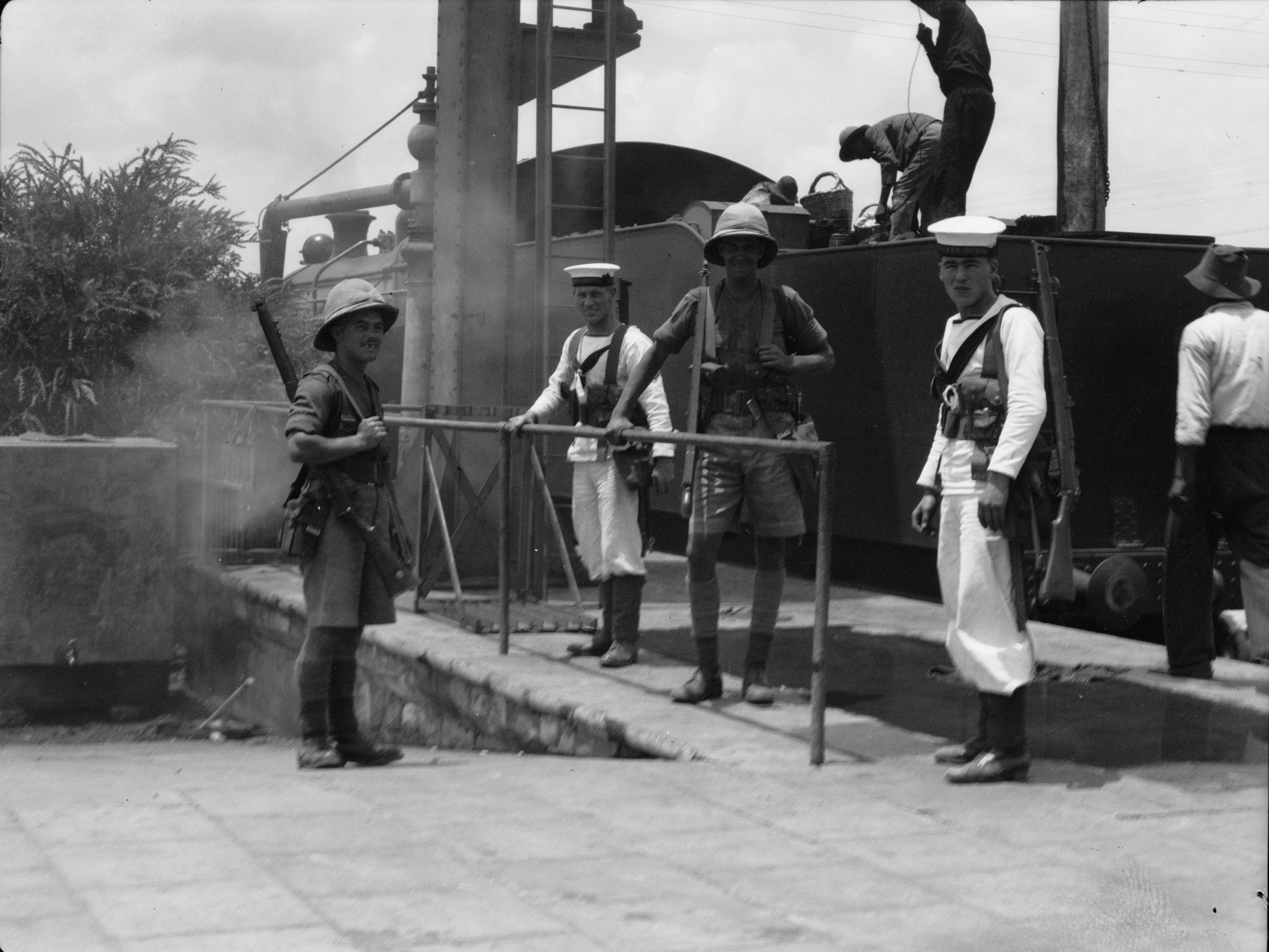 1936. Британские морские пехотинцы выполняют обязанности по охране железных дорог Палестины
