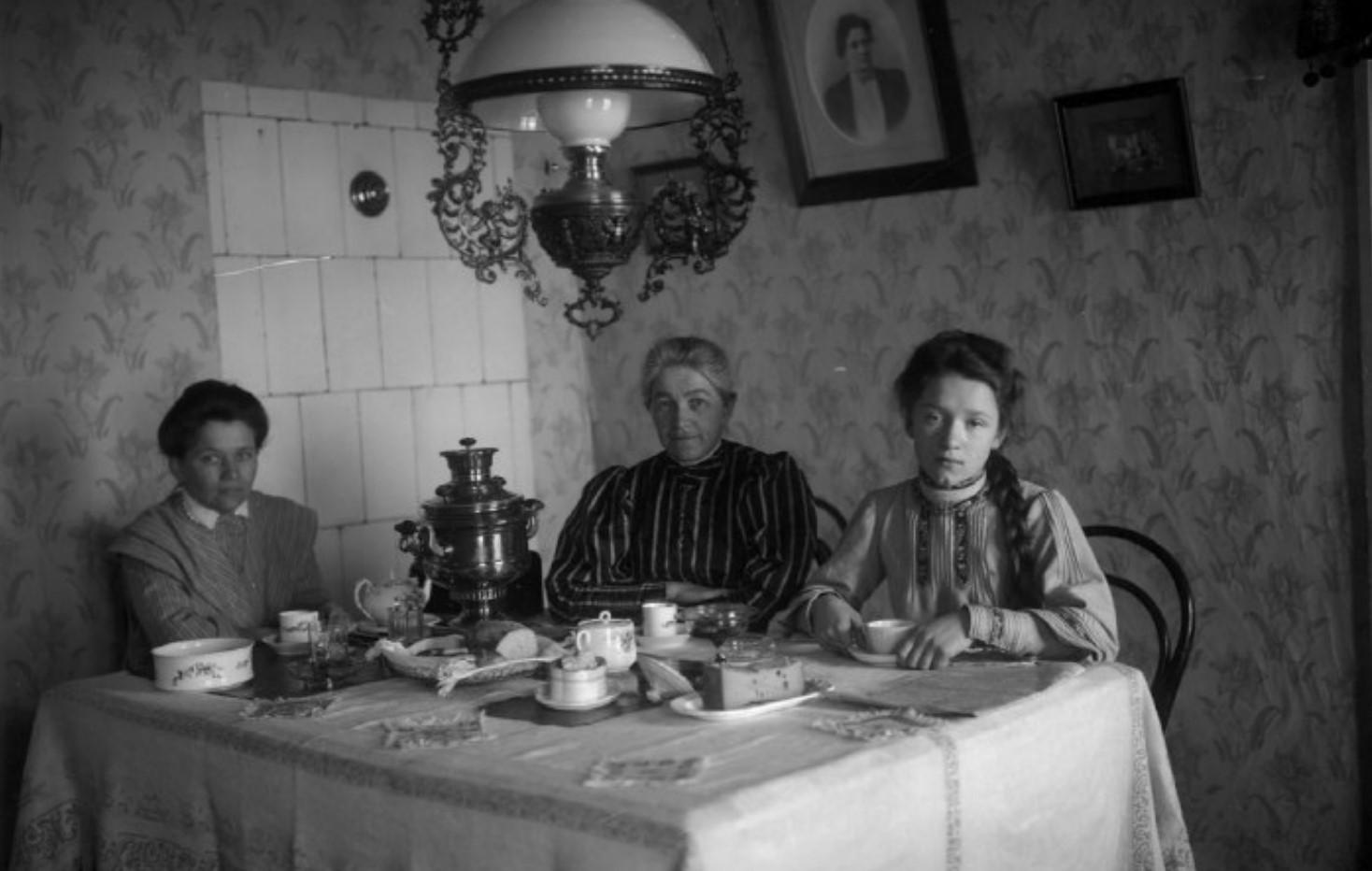 Три женщины за обеденным столом. Слева - Л.Д. Зевеке