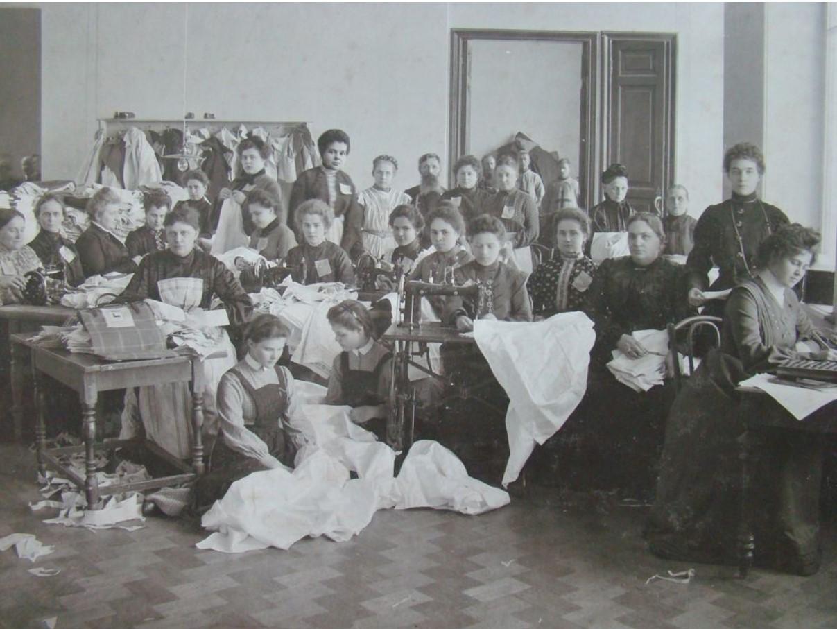 Благородный дамский комитет по пошивке белья для армии за работой. 1910