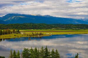 Горный пейзаж с облаками и отражением