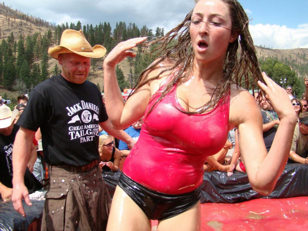 Девушки в мокрой одежде