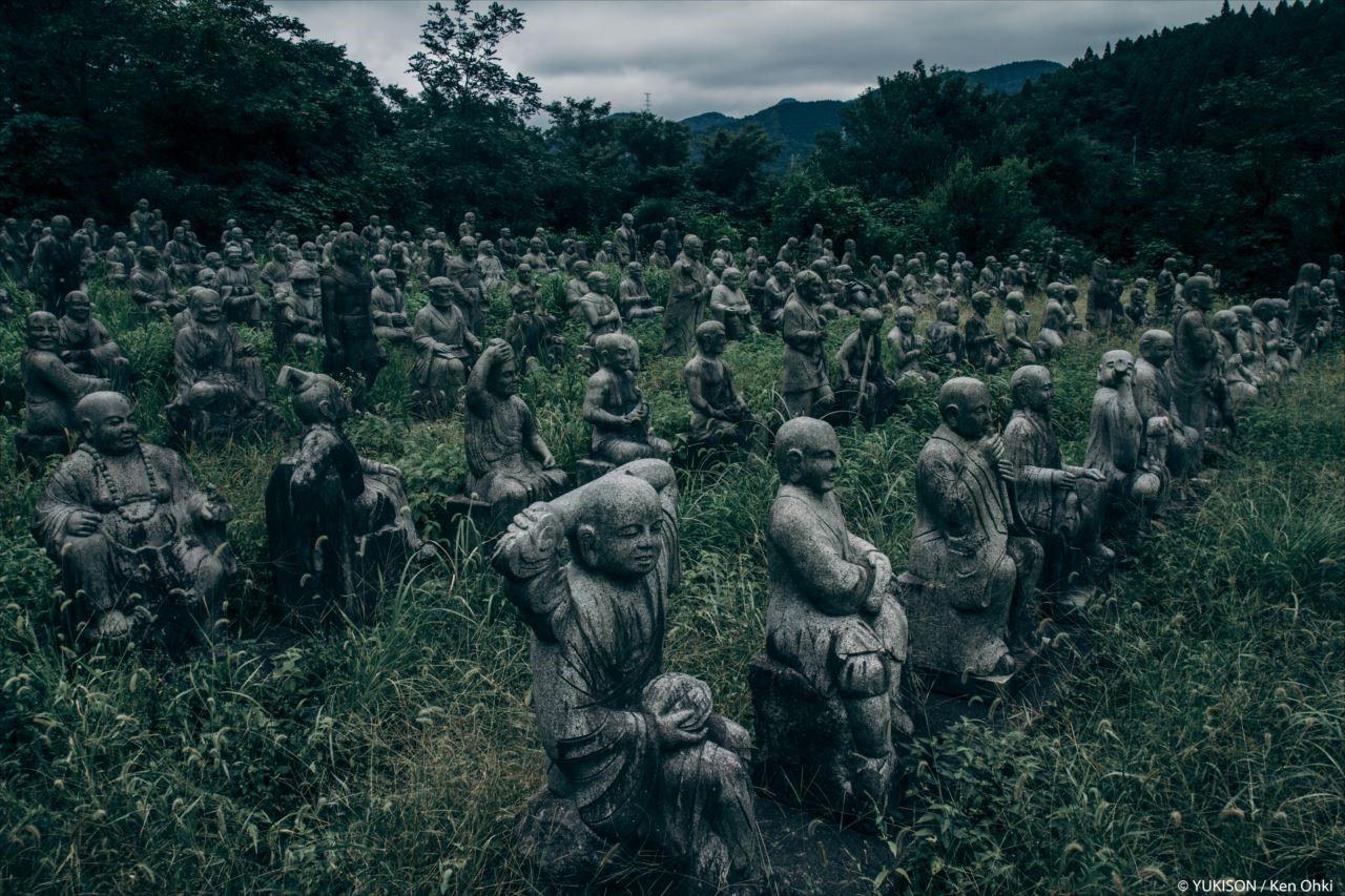 Японская деревня с сотнями статуй