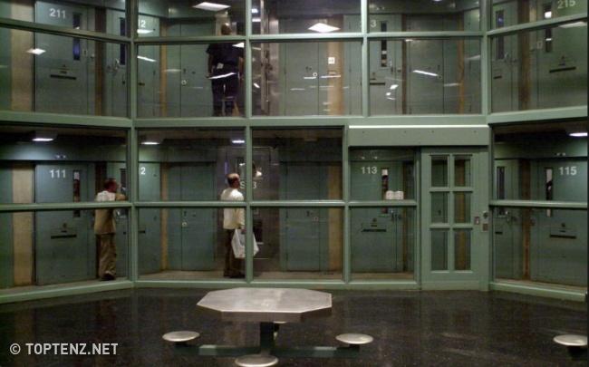 © toptenz.net     В ADX Florence  заключенные 23часа всутки находятся в