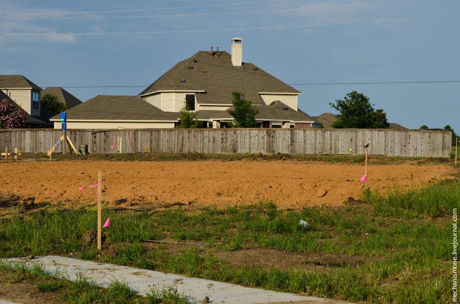 12. Затем готовятся площадки для домов. Одновременно строится 20-30 домов. Строятся они в основном р