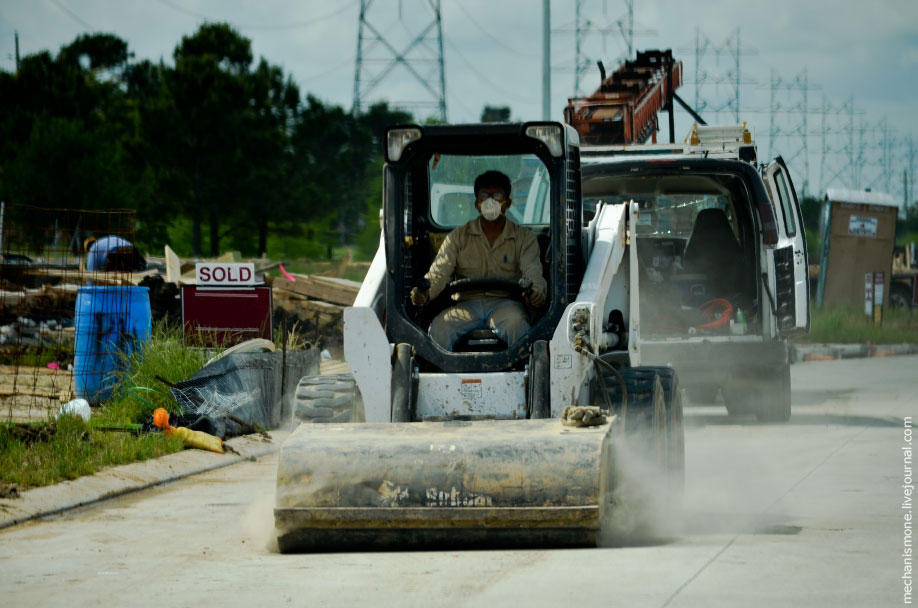 67. За чистотой дорог следят, их постоянно чистят и моют.