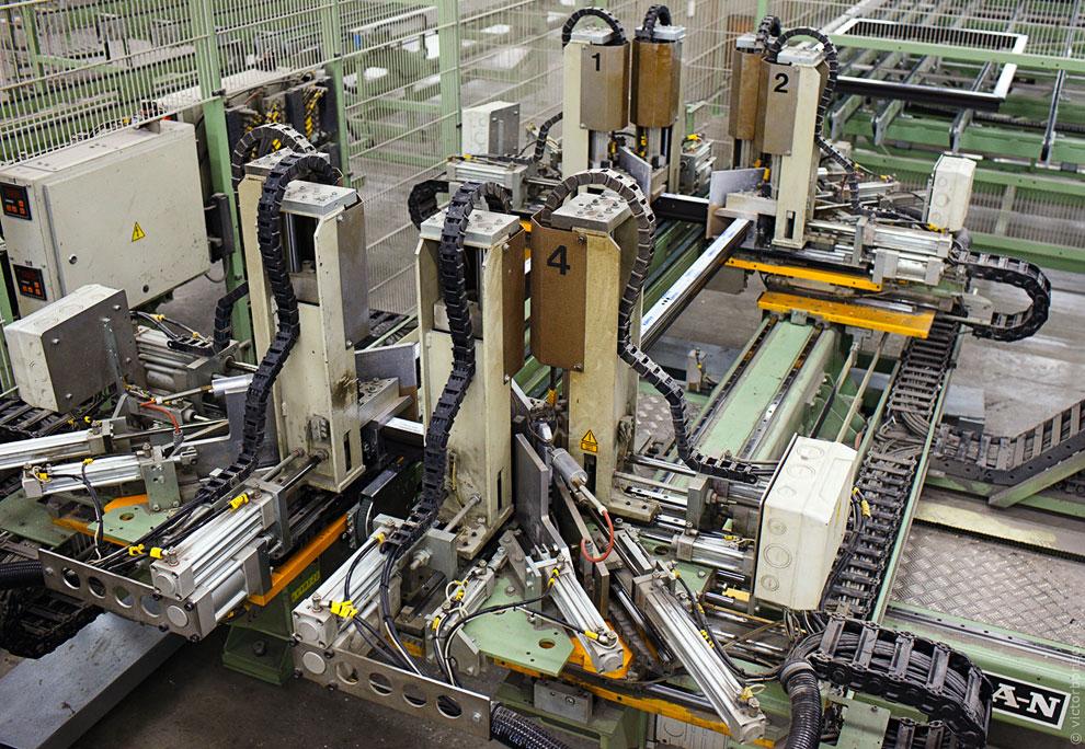Затем рама движется по конвейеру на участок автоматической зачистке швов. Рядом изготавливают импост