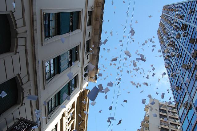 ВАргентине впоследний день уходящего рабочего года  офисные работники выбрасывают изокон с
