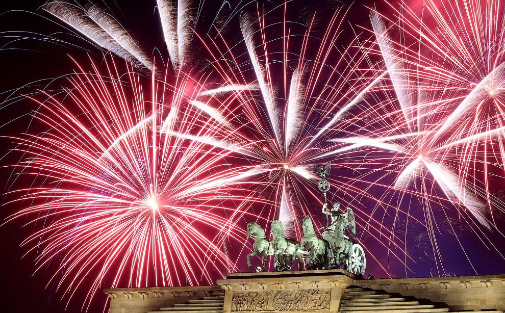 3. Дубай в новогоднюю ночь поставил мировой рекорд по самому масштабному лазерному шоу, посмотреть н