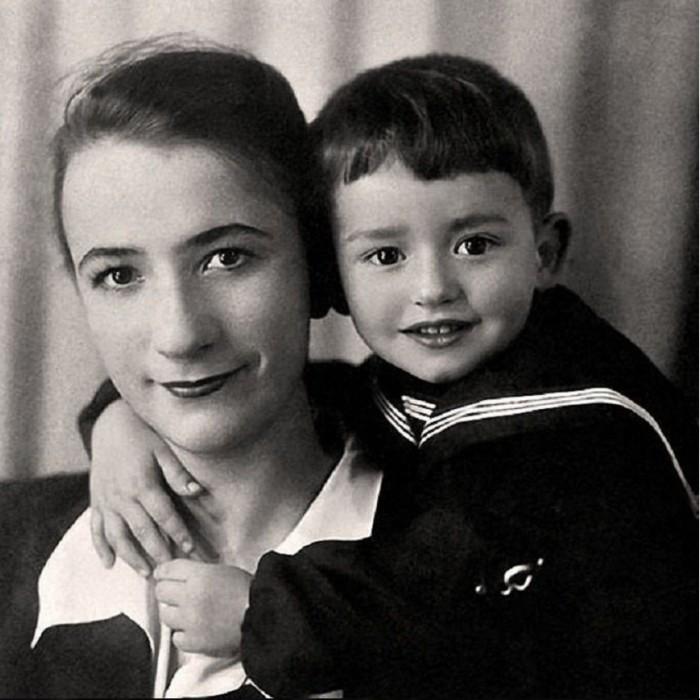 На детской фотографии будущий музыкант, певец и композитор запечатлен с матерью Тамарой Павловной.