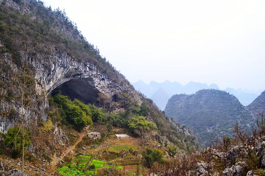 Гигантская пещера в Китае, в которой поместилась целая деревня на 100 человек (6 фото)
