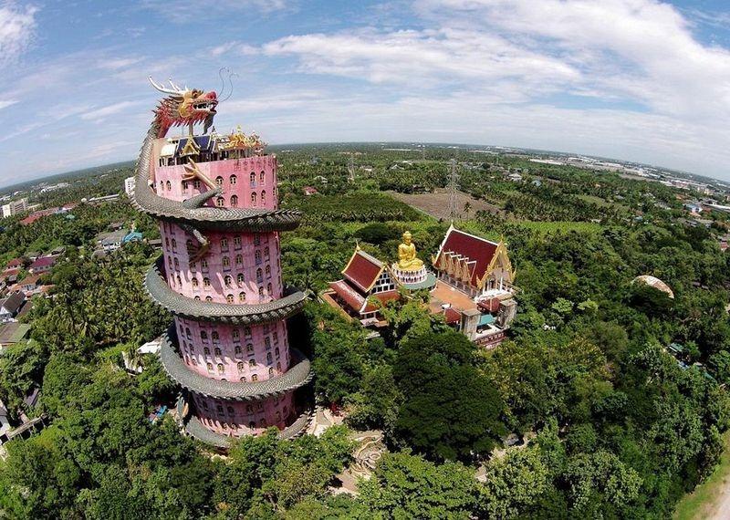 Вокруг этого удивительного сооружения разбит живописный сад с огромной статуей Будды. В саду выставл