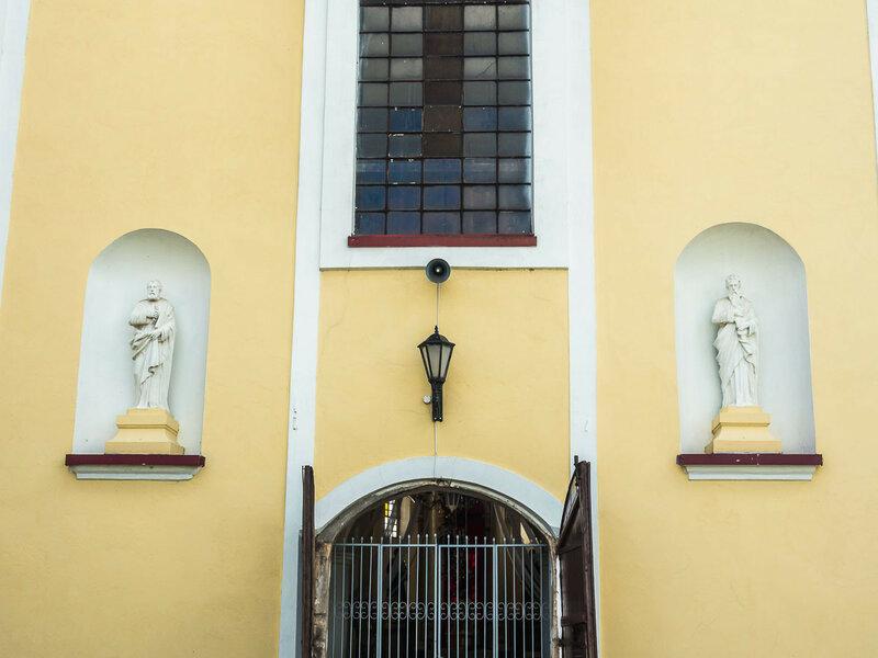 самих апостолов Петра и Павла, приветствующих тебя у входа.