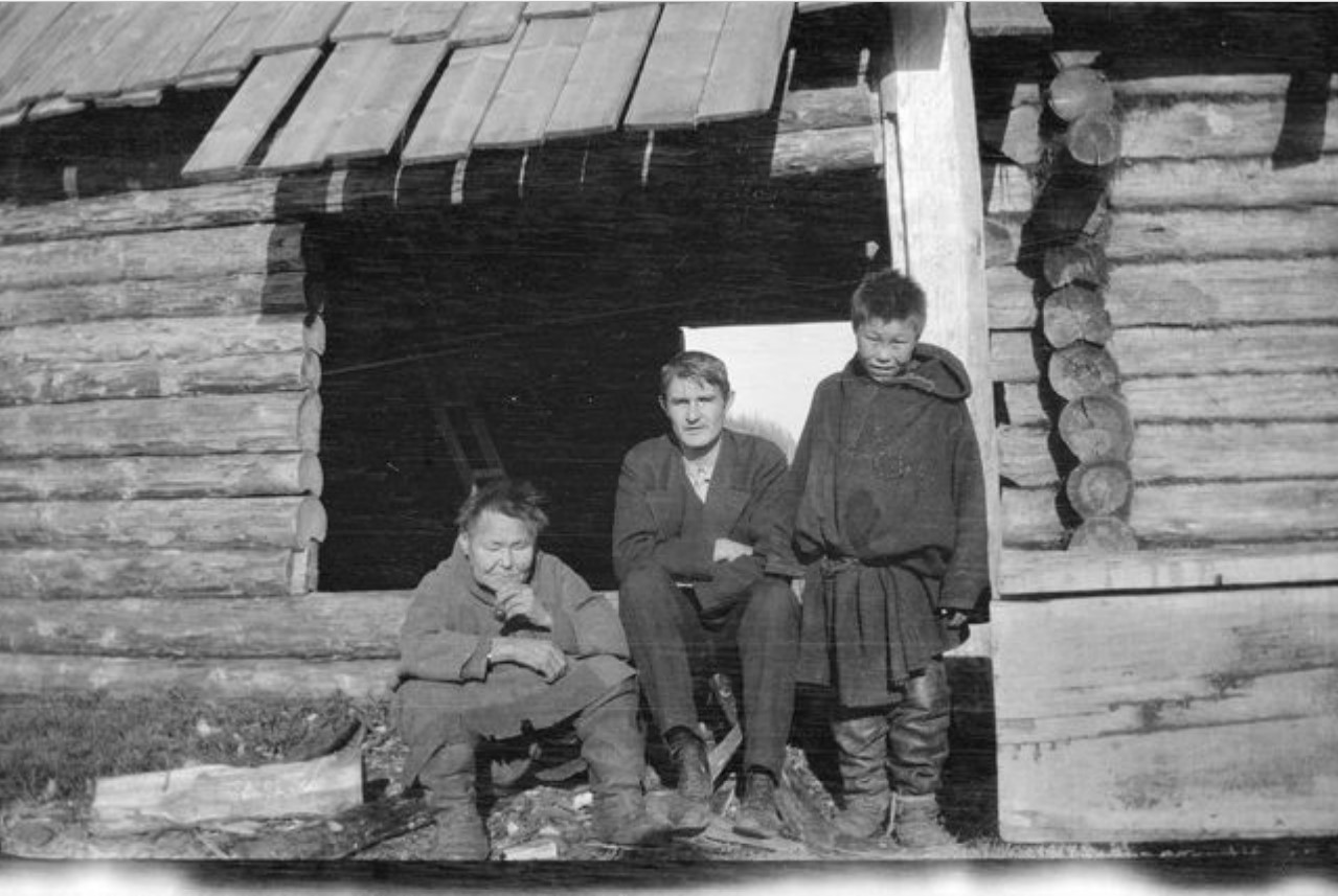 Лингвист и фольклорист Тойво Лехтисало с самоедами