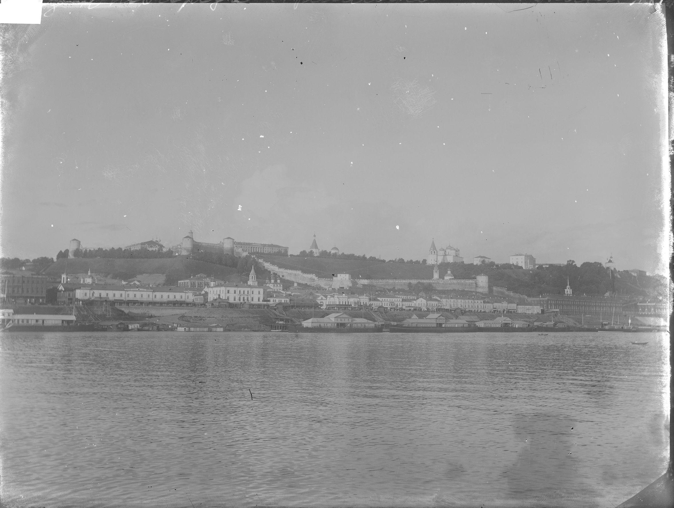Вид на Нижневолжскую набережную со стороны р. Волги