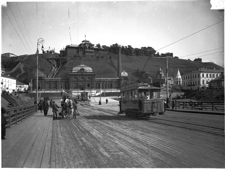 Вид с плашкоутного моста на здание городской электростанции и Похвалинский фуникулер (элеватор)