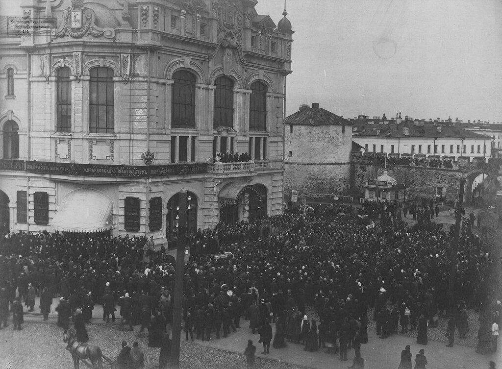 1911. Похороны Бугрова Н. А. Процессия перед Городской Думой. 19 апреля