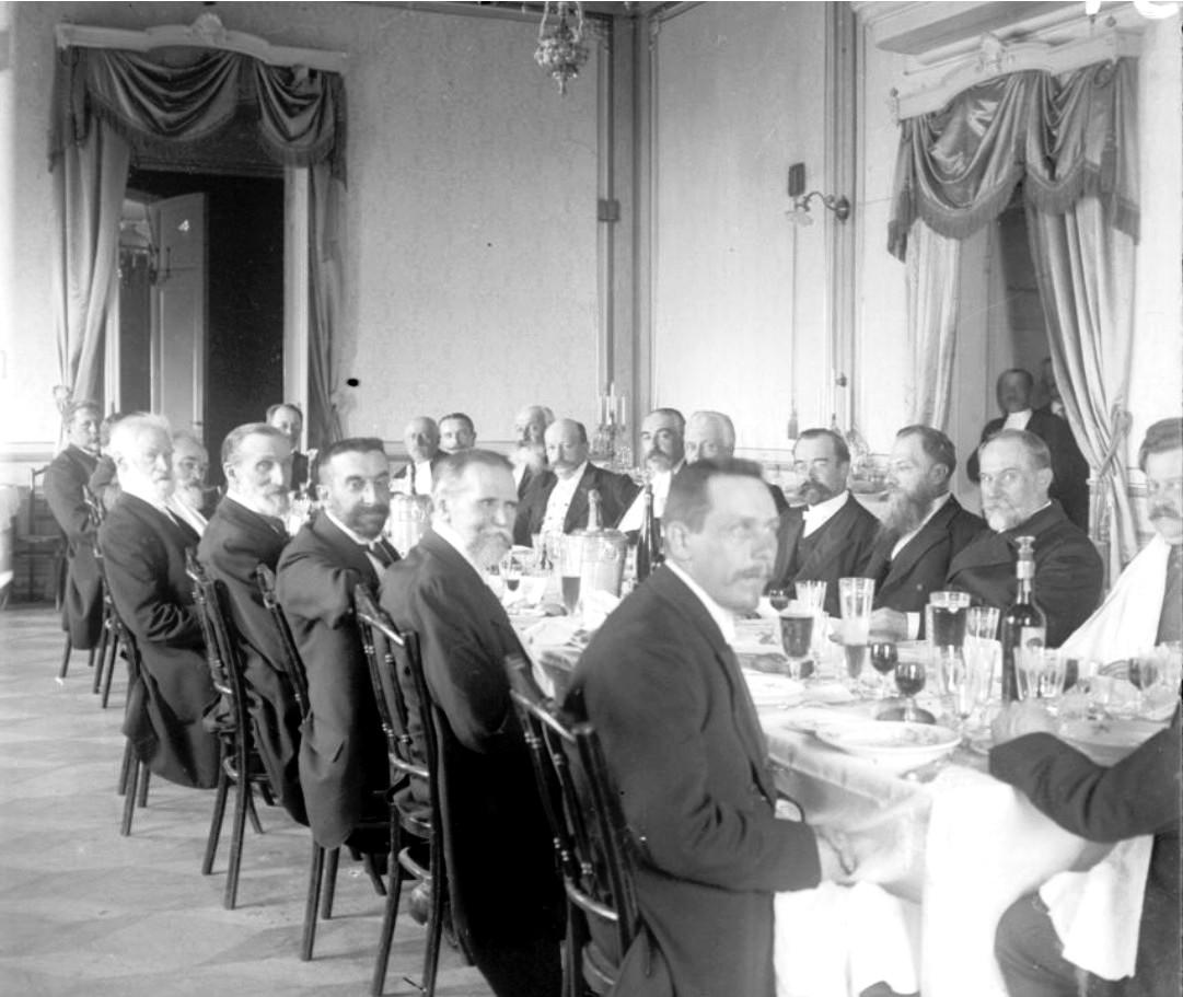 Группа мужчин за праздничным столом