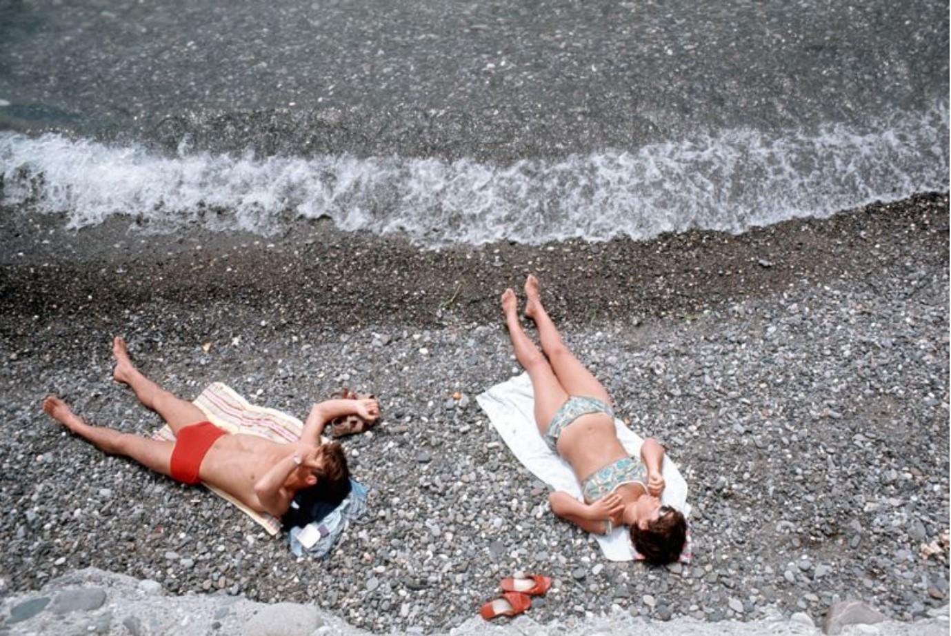 Мужчина и женщина загорают на берегу Ангары