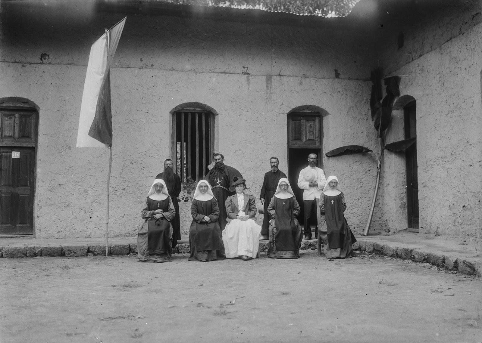 167. Групповой портрет  путешественников с  траппистами. Амели Йоханнес сидит между траппистами, а отец Рёмер слева