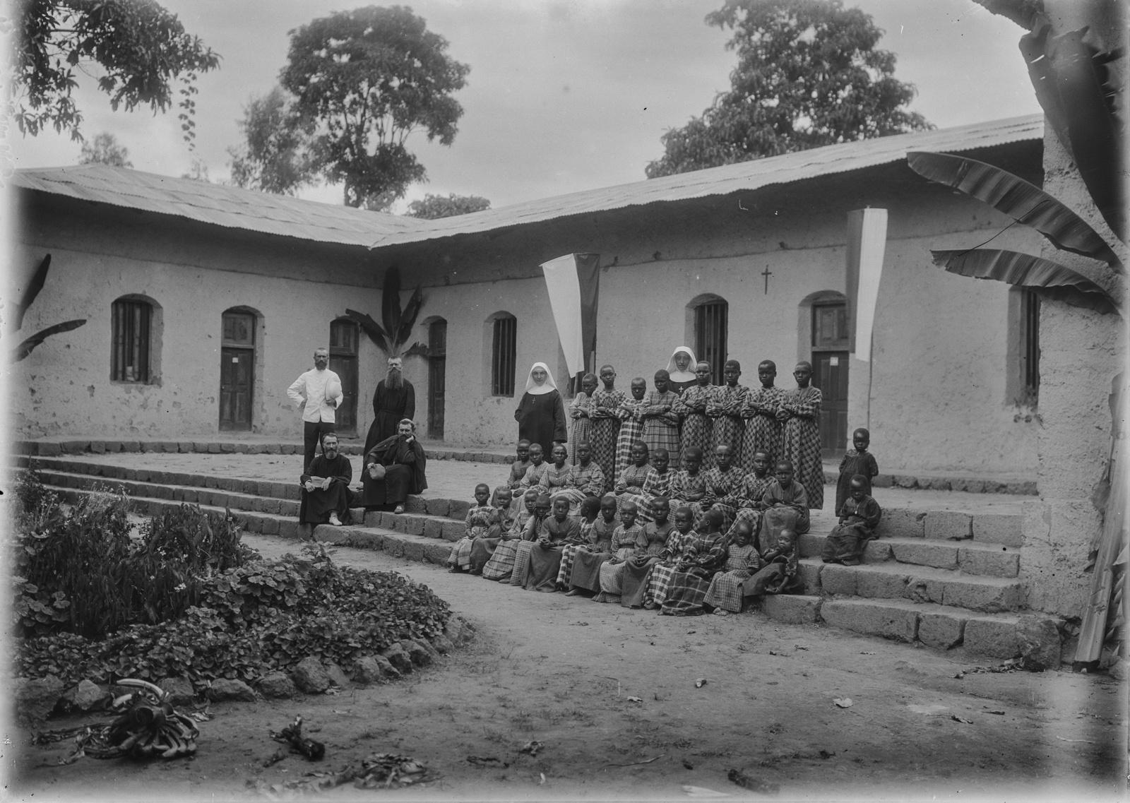 169. Групповой портрет перед школой католической миссии
