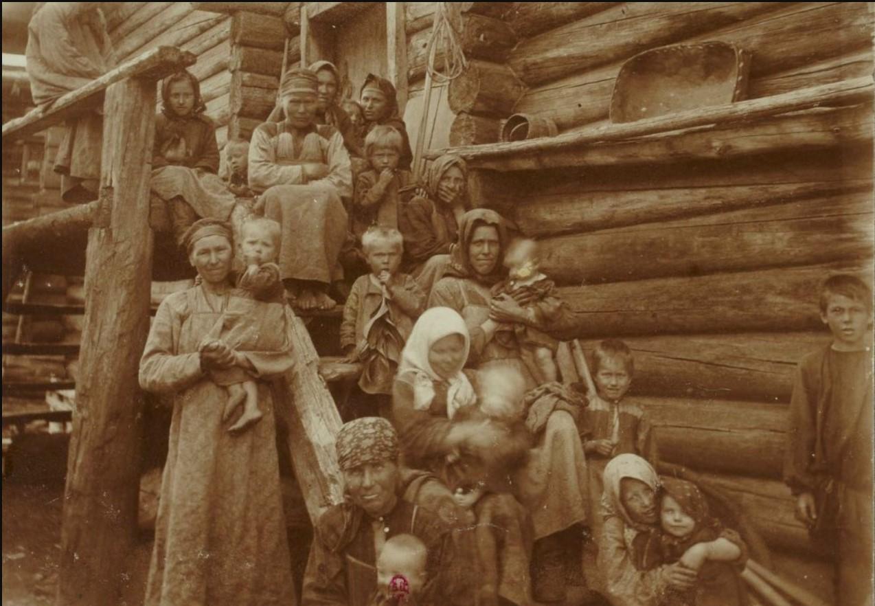 Деревенские женщины с детьми. 1906