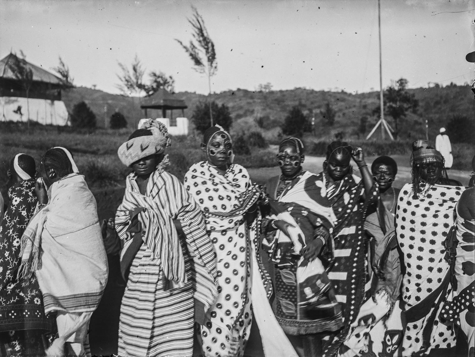 293. Станция немецкого общества Восточной Африки (ДОАГ)  в Моши. Групповой портрет с шестью женщинами в праздничной одежде