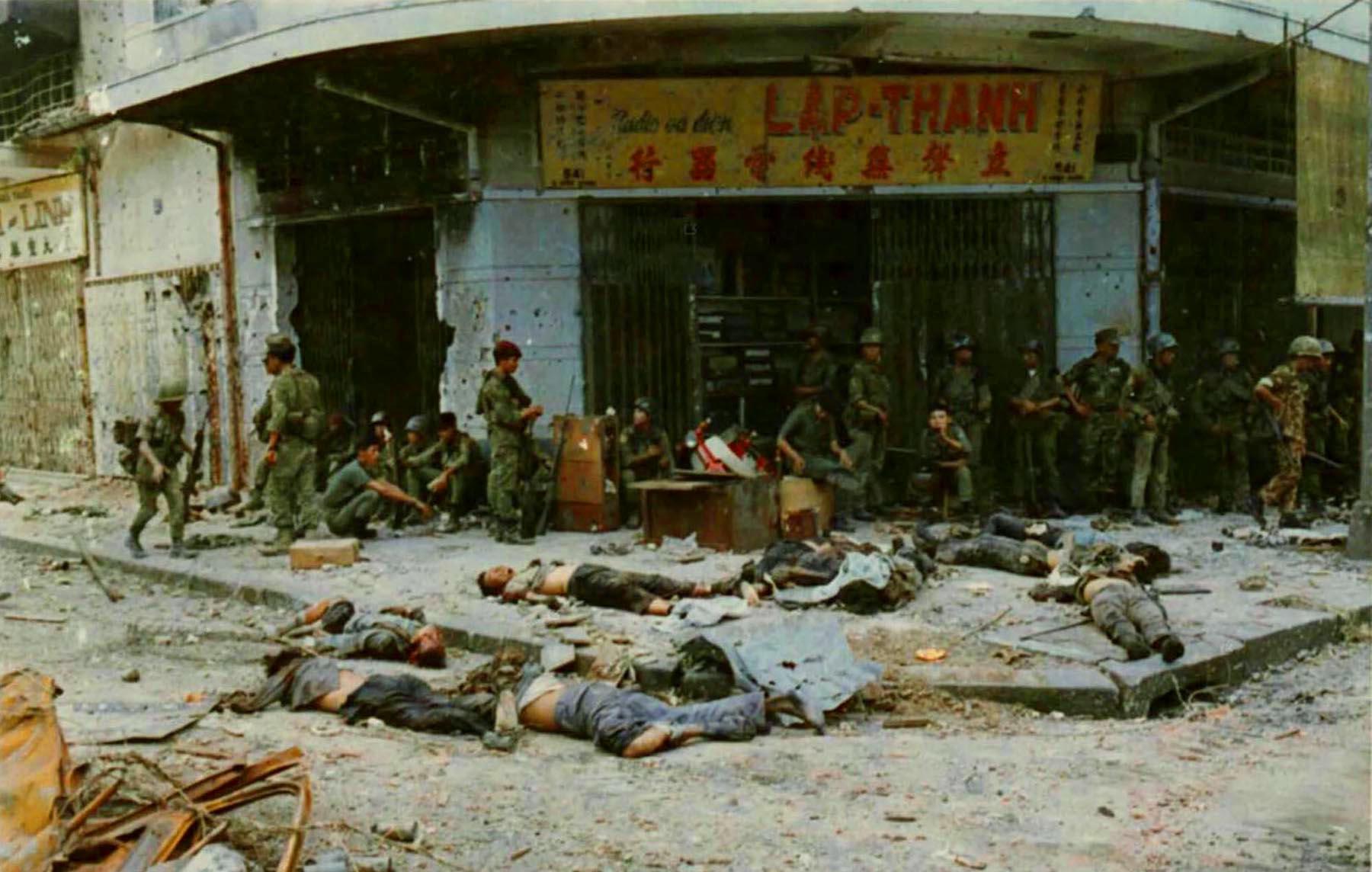 Тела 10 вьетконговцев лежат на улице в Тёлоне, куда их перетащили Рейнджеры ARVN. 6 июня