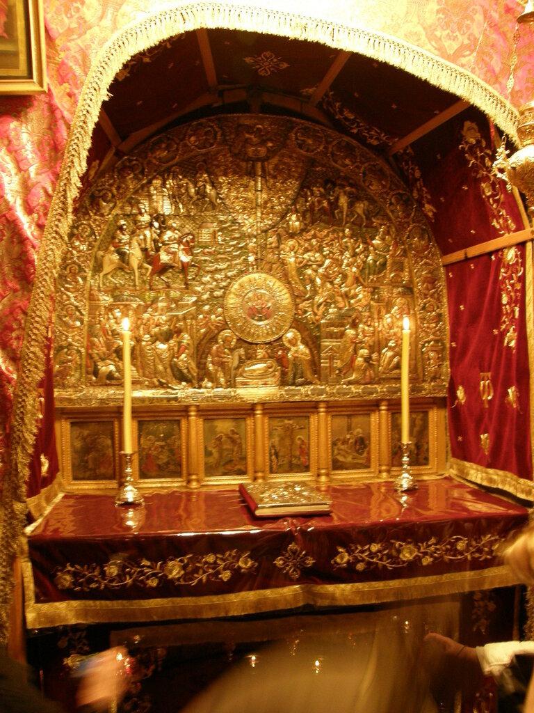 Grotto_of_the_Nativity_Orthodox_Altar.jpg