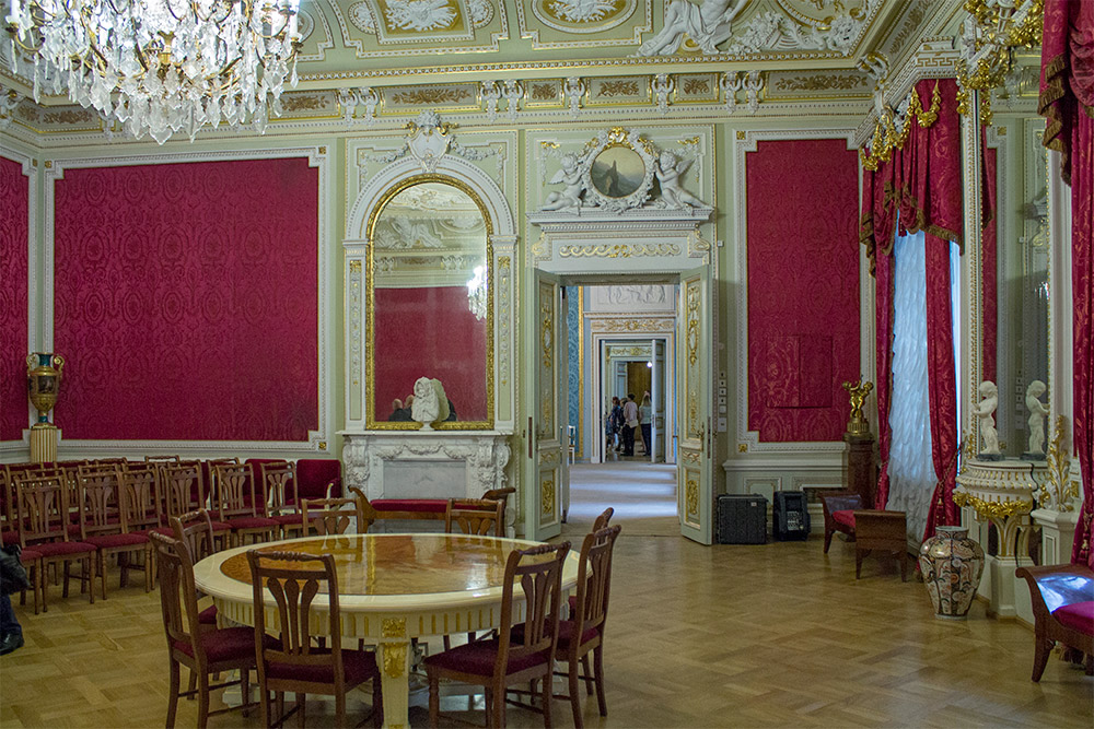 В Аничковом дворце Александра, гостиная, гостиных, помещение, окнами, часть, дворца, школьников, уборная, приватная, императрицы, Экскурсовод, спальня, После, обратила, внимание, изменился, декор, помещений, уборной