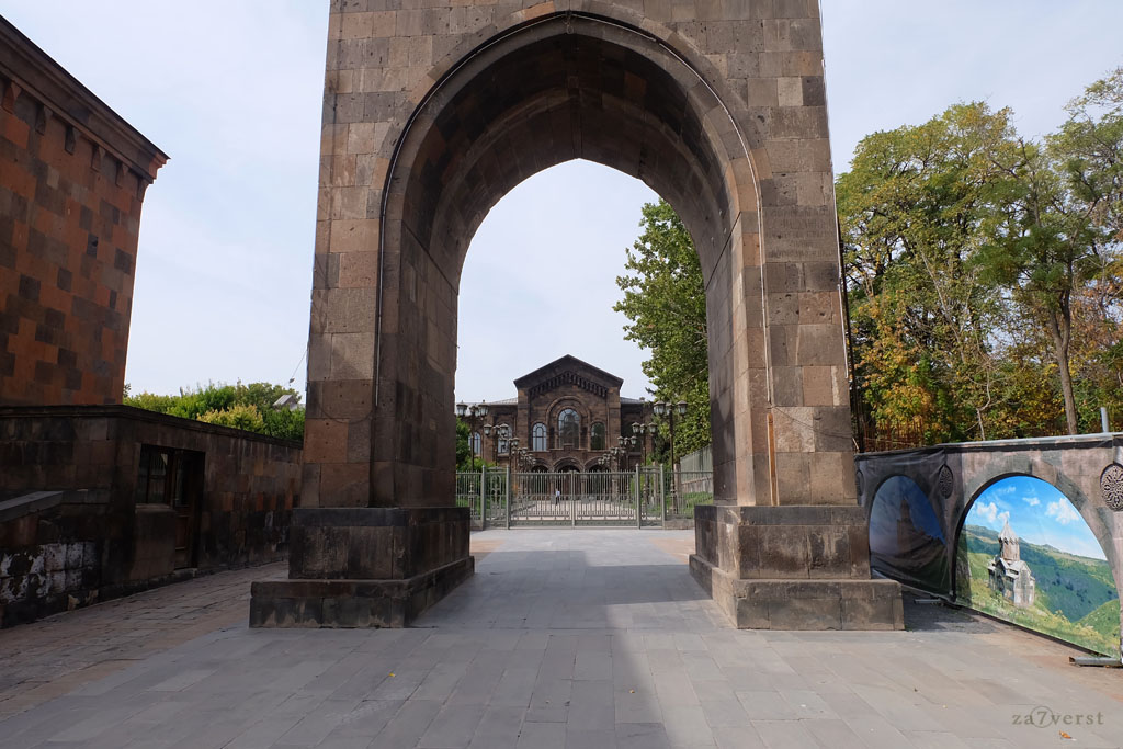 Монастырь Эчмиадзин, Армения, ВоротаТрдата, Резиденция Каталикоса